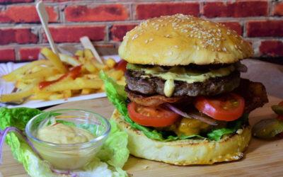 Hamburger met spek en pickles